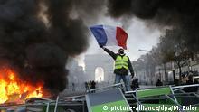 ARCHIV - 24.11.2018, Frankreich, Paris: Ein Demonstrant mit einer gelben Weste schwenkt die französische Flagge neben einer brennenden Barrikade auf der Prachtstraße Champs Elysee mit dem Arc de Triomphe im Hintergrund. Die französische Polizei setzte Tränengas- und Wasserwerfer ein, um die gegen die Steuererhöhungen für Benzin und Diesel Demonstrierenden in Paris zu zerstreuen. Tausende Demonstranten hatten sich in der Hauptstadt versammelt und Straßenblockaden errichtet. (zu dpa Französische Regierung: Kein Kurswechsel nach «Gelbwesten»-Protest am 26.11.2018) Foto: Michel Euler/AP/dpa +++ dpa-Bildfunk +++ |