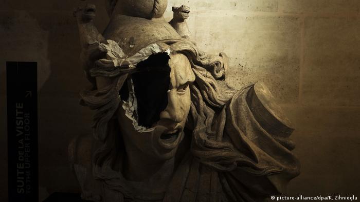 Скульптура на триумфальной арке, поврежденная во время протестов желтых жилетов