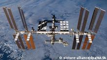 ARCHIV - 01.01.2013, ---: Die undatierte Aufnahme zeigt die Internationale Raumstation (ISS) mit dem angedockten europäischen Wissenschaftslabor Columbus (Mitte, unten links) in der Erdumlaufbahn. (zu dpa Und es ward Licht! Seit 20 Jahren sind Raumfahrer auf der ISS vom 06.12.2018) Foto: ---/Nasa/dpa - ACHTUNG: Nur zur redaktionellen Verwendung und nur mit vollständiger Nennung des vorstehenden Credits +++ dpa-Bildfunk +++ | Verwendung weltweit