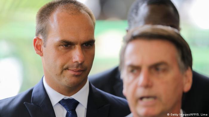 Deputado Eduardo Bolsonaro atrás de seu pai, Jair Bolsonaro