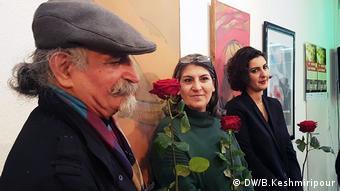 سه هنرمند حاضر در مراسم گشایش نمایشگاه یادمان بیستمین سالگرد قتلهای سیاسی پائیز ۷۷ ، از راست نازنین پوینده، پرستو فروهر، ابوالقاسم شمسی