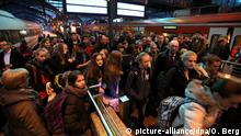 Passengers leave trains at Cologne's main rail station in 2014 (picture-alliance/dpa/O. Berg)