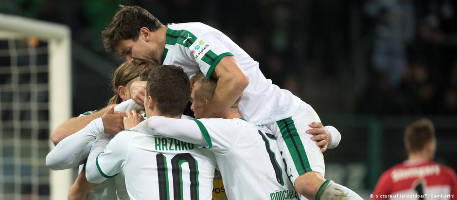Jogadores comemoram o gol que abriu o placar na vitória por 3 a 0 no fim de semana contra o Stuttgart