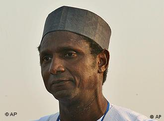 Umaru Musa Yar'Adua (* 1951 in Katsina) ist ein nigerianischer Politiker und seit 2007 Staatspräsident Nigerias. Umaru Yar'Adua, waits to make his acceptance speech after he was declared winner at the People's Democratic Party (PDP) primary elections in Abuja, Nigeria, Sunday, Dec. 17, 2006. Nigeria's ruling party on Sunday chose a Muslim from the north as its candidate in next year's presidential elections. Governor Umaru Yar'Adua of Katsina, had won 3,024 votes _ easily beating his closest rival, who received only 372 votes. (AP Photo/George Osodi)