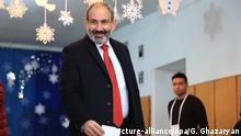 Armenia's acting Prime Minister Nikol Pashinyan casts his ballot in early parliamentary elections (picture-alliance/dpa/G. Ghazaryan)