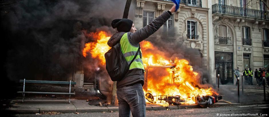 """Protestos dos """"coletes amarelos"""" forçaram Paris a dar meia volta em assuntos sociais"""