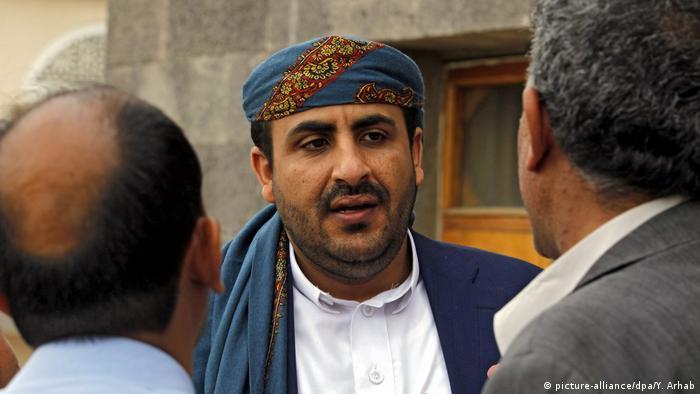 Huthi-Sprecher Mohammed Abdul Salam im Gespräch mit zwei Männern