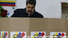 Venezuela's President Nicolas Maduro votes during local elections in Caracas, Venezuela, Sunday, Dec. 9, 2018. Venezuelans head to the polls Sunday to elect local city councils amid widespread apathy driven by a crushing economic crisis and threats of expulsion by opposition groups for candidates who participate in what they consider an electoral farce. (AP Photo/Ariana Cubillos) |