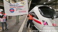 Striking EVG members in Stuttgart's main station (picture-alliance/dpa/A. Rosar)