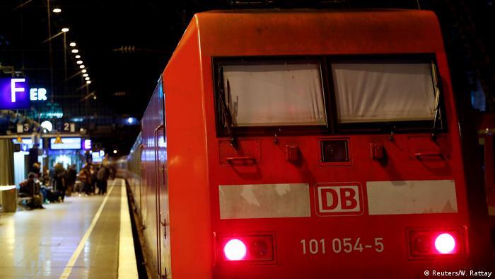 Und noch ein Sinnbild für die Probleme der DB: Während des jüngsten Warnstreiks sind die Scheiben dieser im Kölner Hauptbahnhof stehenden E-Lok verhangen (Foto: Reuters/W. Rattay)