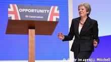 ARCHIV Oktober 2018 *** BIRMINGHAM, ENGLAND - OCTOBER 03: British Prime Minister Theresa May dances as she walks out onto the stage to deliver her leader's speech during the final day of the Conservative Party Conference at The International Convention Centre on October 3, 2018 in Birmingham, England. Theresa May delivered her leader's speech to the 2018 Conservative Party Conference today. Appealing to the decent, moderate and patriotic, she stated that the Conservative Party is for everyone who is willing to work hard and do their best. This year's conference took place six months before the UK is due to leave the European Union, with divisions on how Brexit should be implemented apparent throughout. (Photo by Jeff J Mitchell/Getty Images)