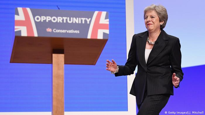 Großbritannien Parteitag Conservative Party | tanzende Theresa May, Premierministerin (Getty Images/J.J. Mitchell)
