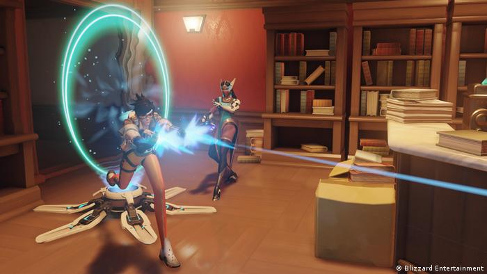 "Screenshot aus dem Videospiel ""Overwatch"" zwei Kämpferinnen mit Laserpistolen (Blizzard Entertainment)"