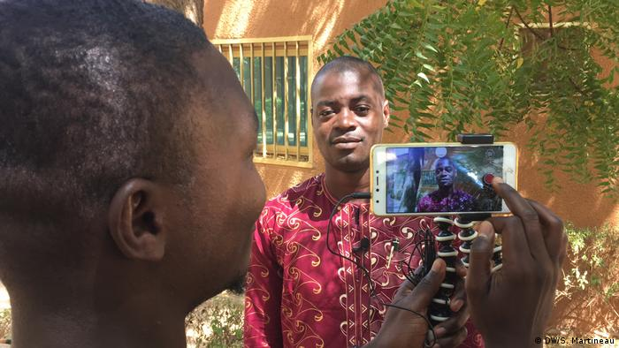 At a recent workshop in Niger, twelve radio and TV journalists produced initial reports for the online platform PaxSahel. (DW/S. Martineau)