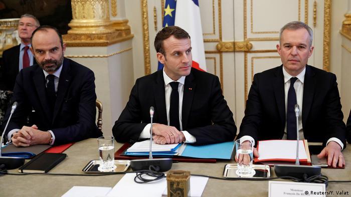 Rais wa Ufaransa Emmanuel Macron na waziri mkuu wake Edouard Philippe (L)