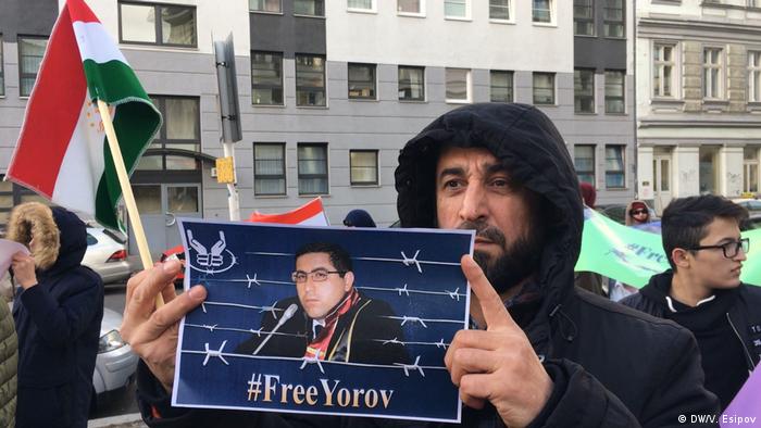 Свободу Ёрову - написано на плакате участника акции протеста у посольства Таджикистана в Берлине 10 декабря 2018 года. Адвокат Бузургмехр Ёров осужден в 2016 году на 28 лет тюрьмы.