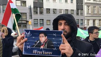 Участник акции протеста у посольства Таджикистана в Берлине требует Душанбе освободить адвоката Йорова