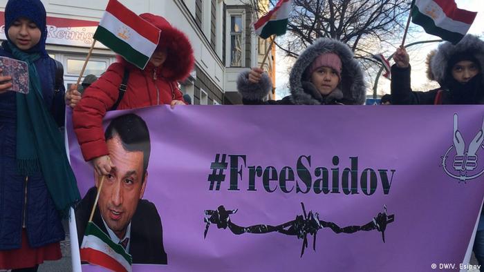 Protestaktion an der Botschaft Tadschikistans in Berlin