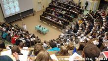 Medizinstudenten sitzen am Montag (18.10.2010) im Hörsaal Anatomie in einer Vorlesung von Professor Bechmann an der Universität Leipzig. Zu Beginn des Wintersemesters wurden an Deutschlands zweitältester Universität 6000 Erstsemester begrüßt. Damit studieren an der Uni Leipzig gut 30.000 Studenten in 140 Studiengängen. Foto: Jan Woitas /lsn | Verwendung weltweit