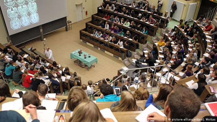 Alunos de medicina numa aula de anatomia na Universidade de Leipzig, na Alemanha