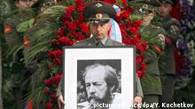An officer carries a portrait of Russian author, Soviet dissident and Nobel literature prize winner Alexander Solzhenitsyn during the funeral ceremony at the cemetery of Donskoy Monastery in Moscow, Russia, 06 August 2008. Alexander Solzhenitsyn died of heart failure late 03 August at the age of 89. EPA/YURI KOCHETKOV / POOL +++(c) dpa - Report+++ |