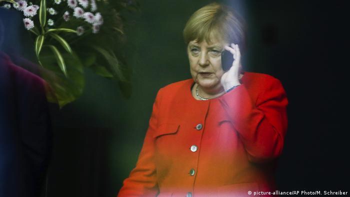 Ангела Меркель с телефоном (фото из архива)