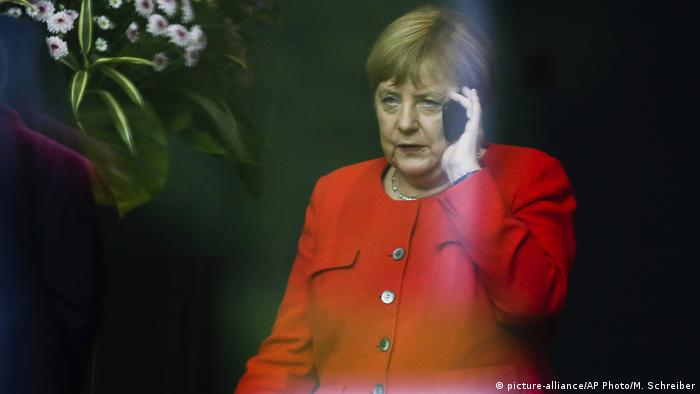 Bundeskanzlerin Angela Merkel telefoniert