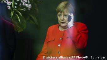Ангела Меркель с телефоном в руке