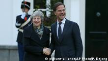 Niederlande Theresa May, Premierministerin Großbritannien & Mark Rutte (picture-alliance/AP Photo/P. Dejong)