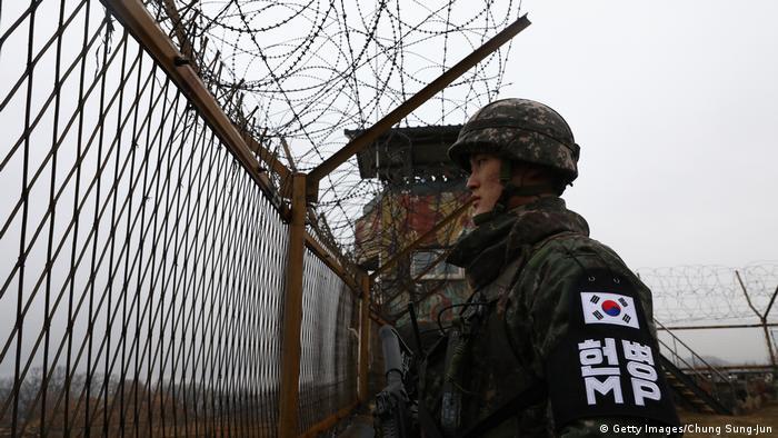 Tentara Korea Selatan berjaga di daerah perbatasan dengan Korea Utara (Getty Images/Chung Sung-Jun)