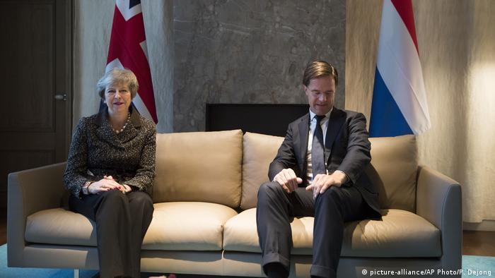 Theresa May, primera ministra británica, y Mark Rutte, conversando en La Haya sobre posibles concesiones a Gran Bretaña.