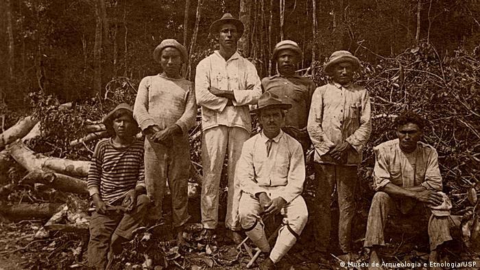 O pesquisador alemão, sentado, durante expedição no Brasil