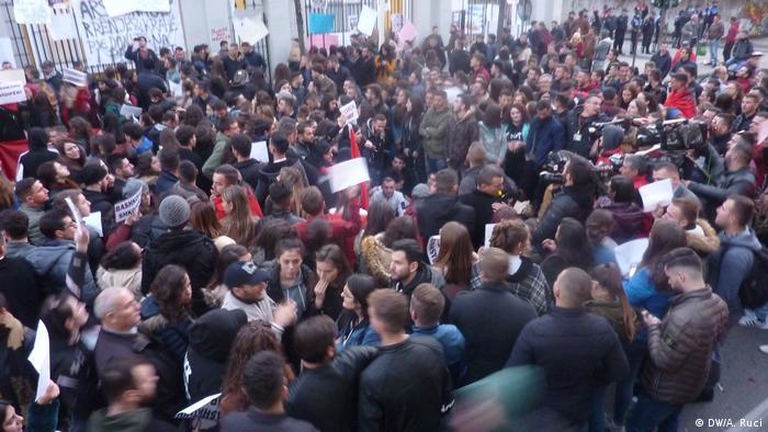 Albanien Tirana | Protest von Studenten für bessere Bildungsbedingungen (DW/A. Ruci)