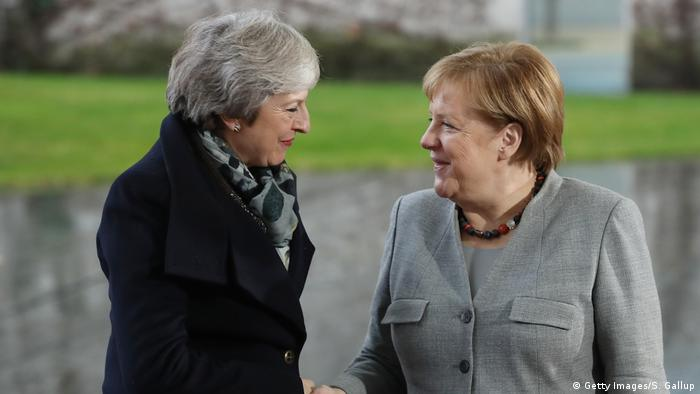 German Chancellor Angela Merkel greets British Prime Minister Theresa May upon May's arrival for talks at the Chancellery on December 11, 2018 in Berlin, Germany (Getty Images/S. Gallup)
