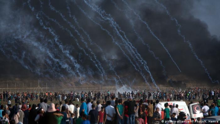 Céu escuro, dezenas de manifestantes e chuva de gás lacrimogêneo