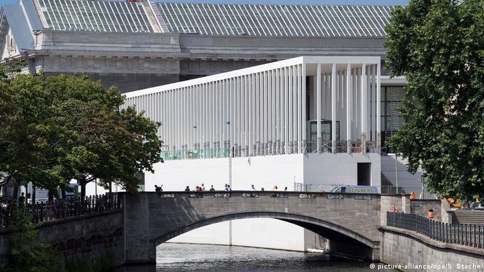 Vista lateral da nova galeria James Simon, que dá acesso ao complexo da Ilha dos Museus. Abaixo, o rio Spree