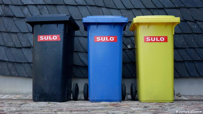 Three trash bins in front of a house in Germany (picture-alliance)