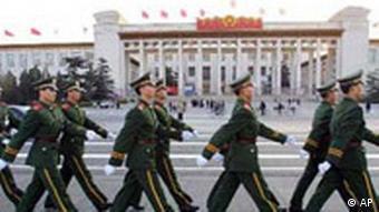 Patroullierende Militärpolizisten vor der Großen Halle des Volkes (Foto: AP)
