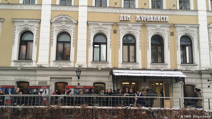 Люди идут в ЦДЖ, чтобы проститься с Людмилой Алексеевой