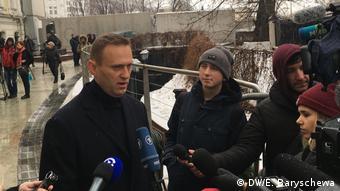 Алексей Навальный после церемонии прощания отвечает на вопросы журналистов