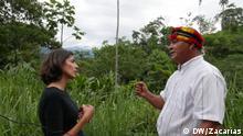 Carolina Chimoy, periodista de DW, y Rubén Naichap Yancur, presidente de la Federación Shuar de Zamora Chinchipe en Ecuador.