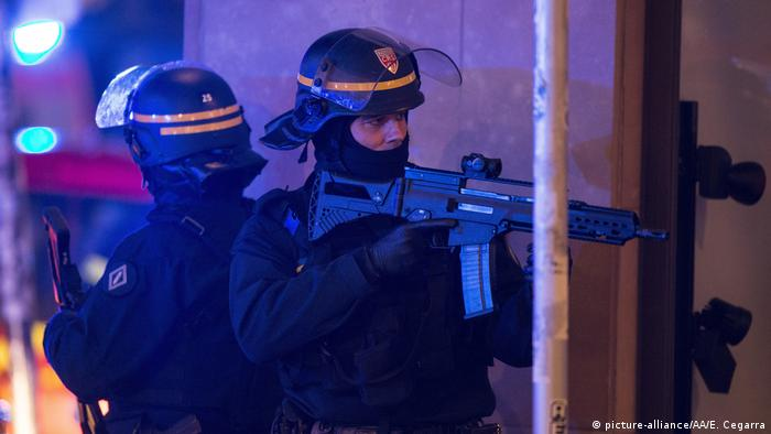 French police officers standing guard in Strasbourg (picture-alliance/AA/E. Cegarra)