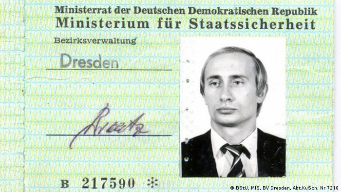 کارت شناسایی داخلی وزارت امنیت داخلی آلمان شرقی، زمانی که پوتین به عنوان مامور کاگب در شهر درسدن سکونت داشت