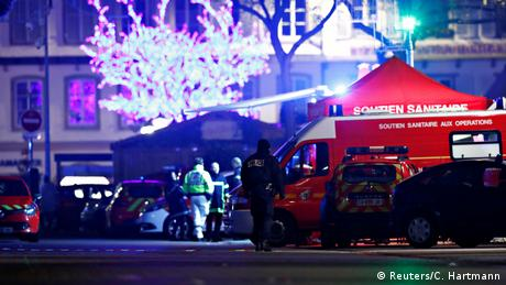 Polícias, viaturas e uma ambulância próximos ao local do ataque.