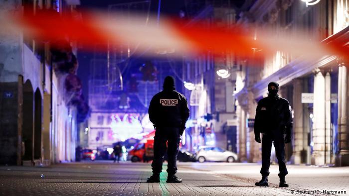 Французские полицейские в Страсбурге после стрельбы на рождественском базаре