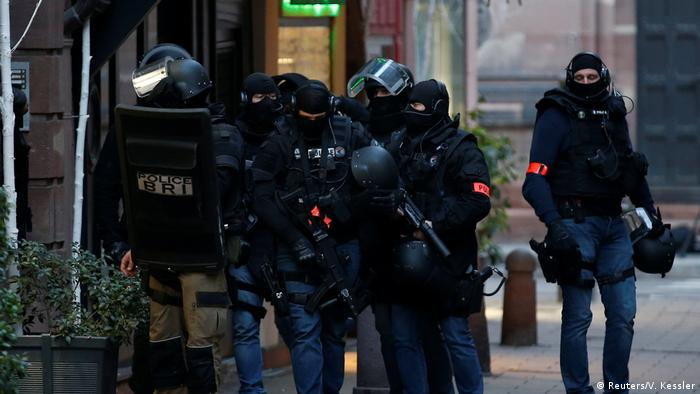 Французские полицейские в Страсбурге после стрельбы на рождественском рынке
