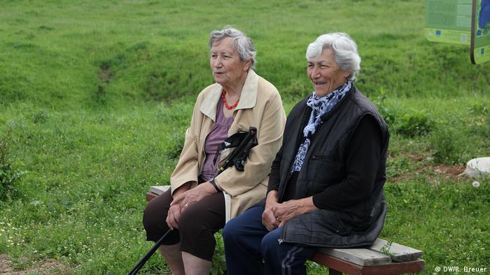 Баба Райна (вляво) със своя приятелка
