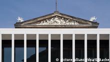 Berlin: Das Neue Museum zwischen den Säulen der James-Simon-Galerie