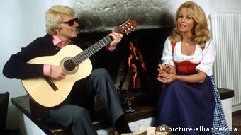 Heino mit Gitarre und Hannelore vorm Kamin Foto von 1981 (picture-alliance/dpa)
