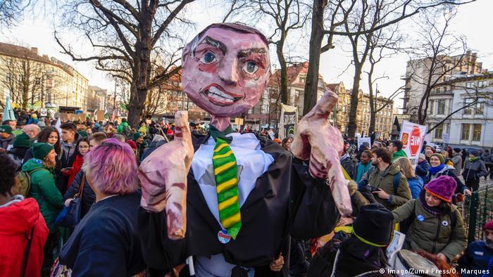Boneco de Bolsonaro em protesto de ambientalistas durante COP24, na Polônia